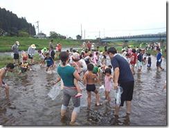 魚のつかみ取り体験
