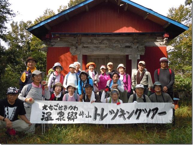 薬師山山頂の神社にて記念撮影