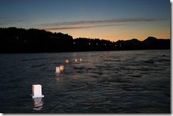 清流荒川を流れる燈篭...