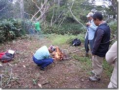 山頂で火をおこす村長