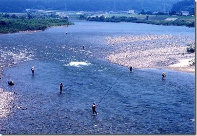 荒川での鮎釣り風景